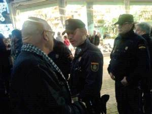 Preguntando a la policía que sí la concentración es que no estaba autorizada o sino a qué venían esas identificaciones