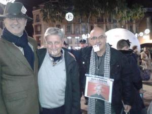 Con los carnet en la boca y en el sombrero tras ser identificados por la policía que se presentó para amedrentar a los concentrados