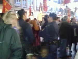 Policía adentrándose entre los que comenzaban a concentrarse