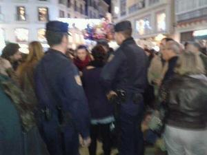 Mientras charlaba con la policía, a mis espaldas, más identificaciones se iban produciendo