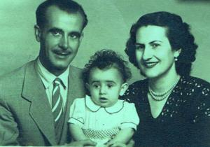 Mi primera foto con mis padres, que con tristeza ya se apearon del tren de la vida
