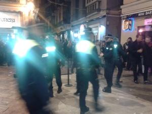 Otra intantánea a la misma hora y lugar anterior entrando más policías para cierre de bares y despeje de viandantes