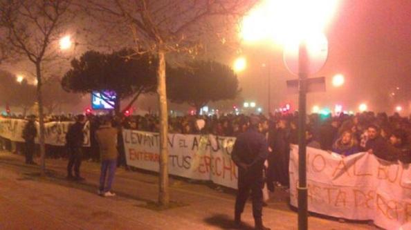 Esta foto de la manifestación pacífica y masiva del sábado 11 de enero d los vecinos de Gamonal, no interesa, no se ve nada ardiendo.