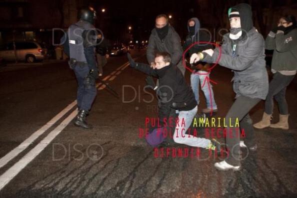 Policía manifestante identificándose con pulsera amarilla ante los uniformados que se disponían a cargar.