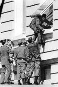Guardias civiles golpistas en huida por las ventanas del Congreso