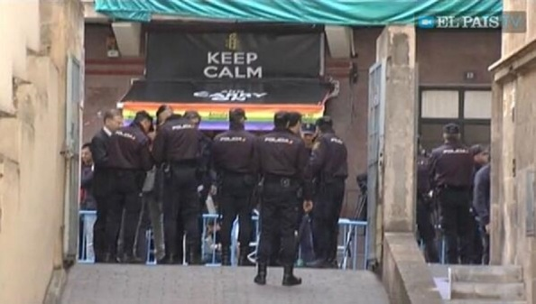 Bar enfrente del inicio de la rampa con dirección al juzgado, con una bandera gay en la sombrilla de la terraza