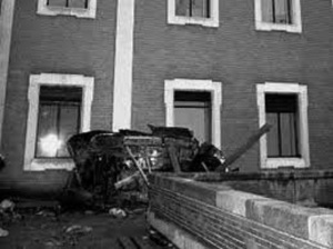 Los restos del coche del presidente del Gobierno de Franco, Luis Carrero Blanco, sobre una azotea tras volar por un atentado de ETA