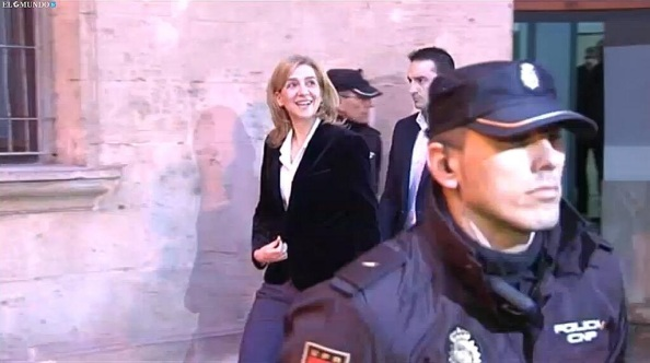 saliendo la Infanta del juzgado con la sonrisa de la sabedora de la impunidad sobre su caso.
