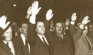 García Carrés, orondo, a su derecha Blas Piñar, líder de Fuerza Nueva, y más a la derecha Fernánfez-Cuesta, fundador de Falange Española.