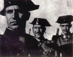 Guardias Civiles, ataviados de tricornio y de fusiles