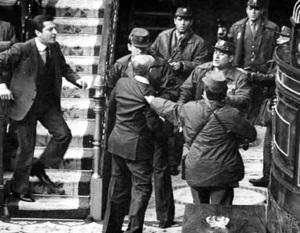 El ministro de Defensa, Gutierrez Mellado, haciendo frente a los golpistas