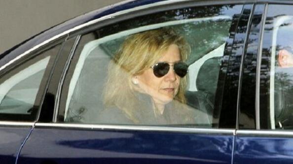 La Infanta, en el interior del coche, bajando la rampa