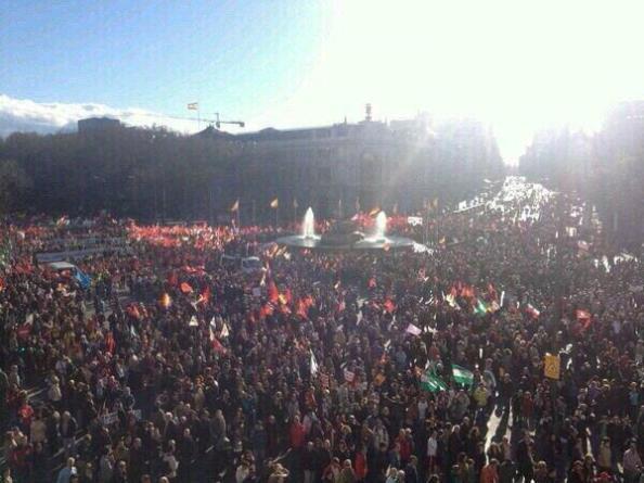 El paso por Cibeles de la manifestación procedente de atocha y con destino a la plaza de Colón. Al fondo calle Alcalá en su final hacia su inicio en la Puerta del Sol.