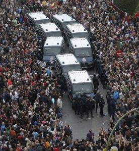 El 25S en la plaza de Neptuno con los furgones de policía en su interior.
