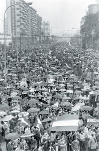 La avenida de Andalucía de Málaga, el 4 de diciembre de 1977, en tanto por la cola de esta manifestación, era atacada por la policía con disparos y falleciera José Manuel García Caparrón