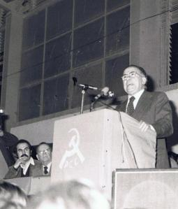 Ignacio Trillo junto a Tomás García, mientras interviene Santiago Carrillo en apoyo a la Constitución. Málaga, noviembre 1978
