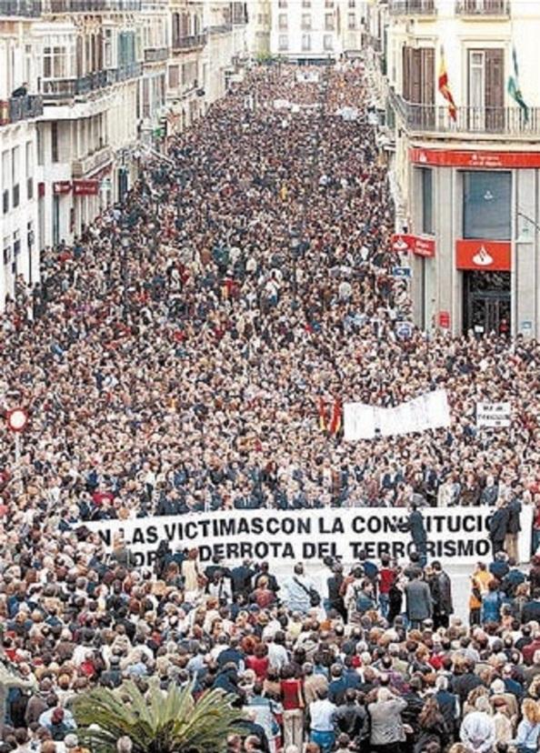 """La manifestación del 11M en Málaga, cubriendo calle Larios y que el diario """"La Opibión de Málaga"""" que cubría su portada la cifró en 400.000 personas."""