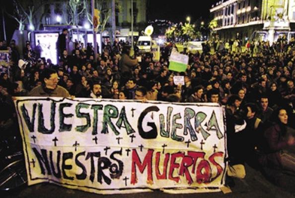 """Las manifestaciones de indignación en los alrededores de las sedes del PP, gritando """"Antes de votar, queremos saber la verdad"""", se multiplicarom."""