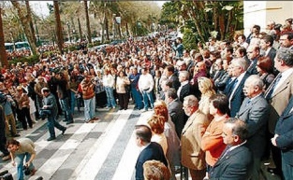 Minuto de silencio en la puerta del ayuntamiento de Málaga (Diario Opinón de Málaga)
