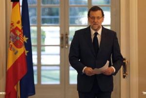 Rajoy, antes de leer unos folios por el fallecimiento de Suárez, tras haberle enviado el pésame a la familia fechado cuatro días antes de su muerte.