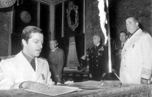 Adolfo Suárez, tomando posesión como vicesecretario general del Movimiento  NAcional, junto a su mentor Fernando Herrero Tejodor y ante la mirada del dictador Franco.