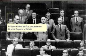 12 diputados de Alianza Popular se abstienen en la votaciónd el texto de la Constitución, unen su votos a los dos diputados de Esquerra Republicana de Catalunya; el diputado de AP, FedericoSilva ha votado NO junto al diputado de Euskadiko Ezkerra, Francisco Letamendia.