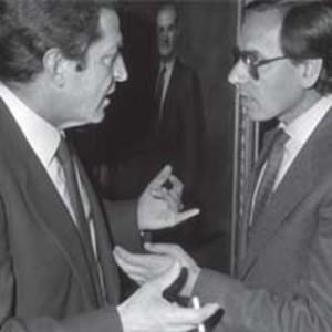 La rivalidad en la proximidad al poder hizo que las relaciones del PSOE no fueran buenas con Suárez. La acusación de golpista de Guerra a Suárez, en la comparación con Pavía, le sentó al abulense como un tiro.
