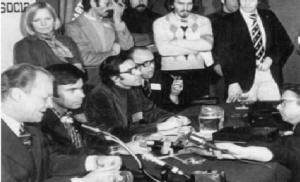 La nueva dirección del PSOE emanada del Congreso de Suresnes, a la cabeza felipe González, con Willy Brandt, canciller alemán