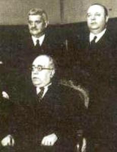 Manuel Azaña, detrás Indalecio Prieto.