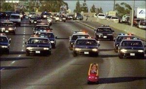 Ésper huyendo sin atender la orden de que se detuviera siendo perseguida por un amplio despliegue policial.