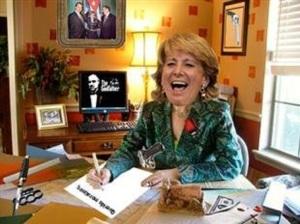 Vanagloriándose de reírse de los demás empezando por Rajoy. Al fondo Vito.
