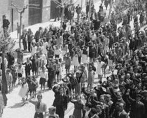 Las gentes al igual que en Madrid aquella mañana se echó a las calles a celebrar el triunfo electoral republicano
