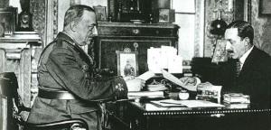 El Rey Alfonso XIII, abuelo de Juan Carlos I, despachando con el dictador golpista, general Primo de Rivera