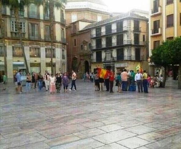 Fracaso total de las manifestaciones convocadas a favor de la monarquía para el día 3 de junio. En Málaga, plaza de la Constitución