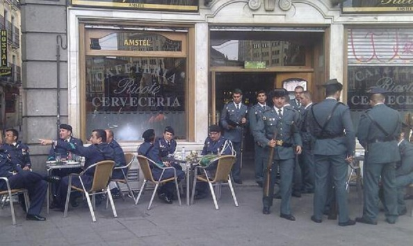 Ambiente en las cafetería de Madrid en la mañana de la Coronación de Felipe VI