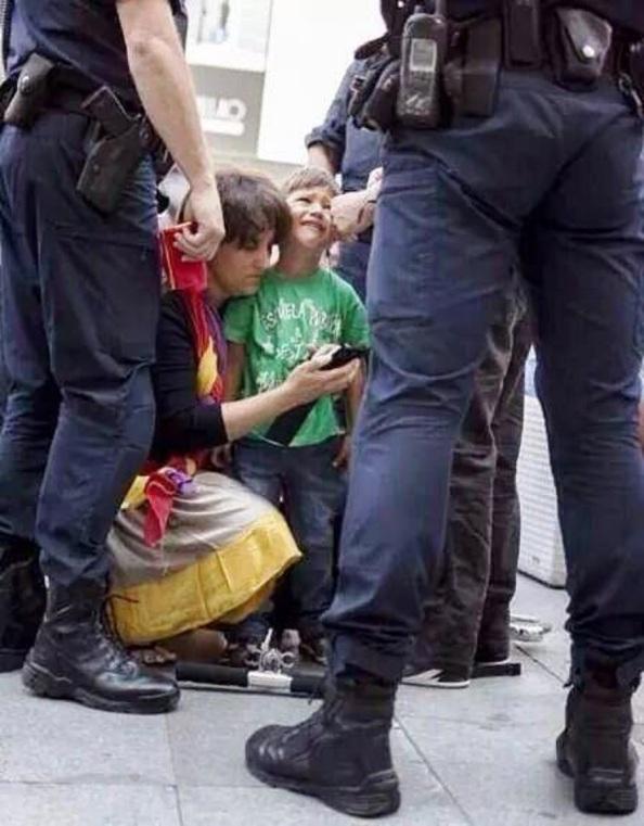 Madre detenida por portar símbolos republicanos avisando para que recojan a su hijo