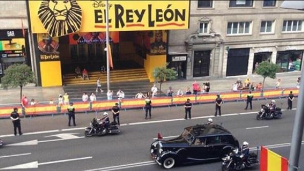 LA Gran Vía de Madrid al paso de la comitiva de Felipe VI