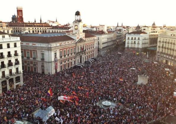 Manifestación republicana en la misma tarde del 2 de Junio en la Puerta del Sol al conocerse la abdicación del Rey