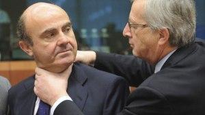 La foto que dio la vuelta en la UE. Juncker bromeando con De Guindos cuando el rescate financiero.