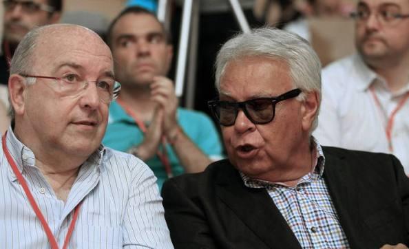Felipe González con Joaquín Almunia, dos social liberales que evolucionan hacia el neocon y tienen en común la impugnación de Borrell como ahora dePedro Sánchez, a pesar deser los dos líderes socialistas que fueron elegidos directamente por la militancia socialista.