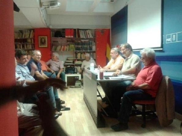 El día anterior al inicio del Congreso, tomando nota de la reunión de los delegados y candidatura a favor de Pérez Tapias, en la madrileña Agrupación de Chamberí del PSOE.