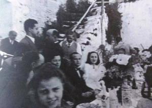 Moisés Guerrero Moreno y Victoria Montero Nuñez, tercera en la descendencia del doctor Montero, progenitores de Vctoria, celebrando su boda en el cine. También se ve al doctor Montero.