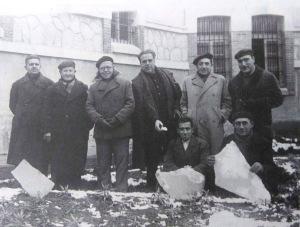 En el patio del penal de Burgos el doctor Montero matando el tiempo con otros presidiarios políticos a cuenta de la nevada habida.