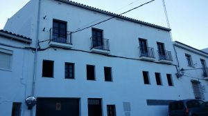 Fachada completa del hoy edificio municipal que fue en el pasado la del cine del doctor Montero.