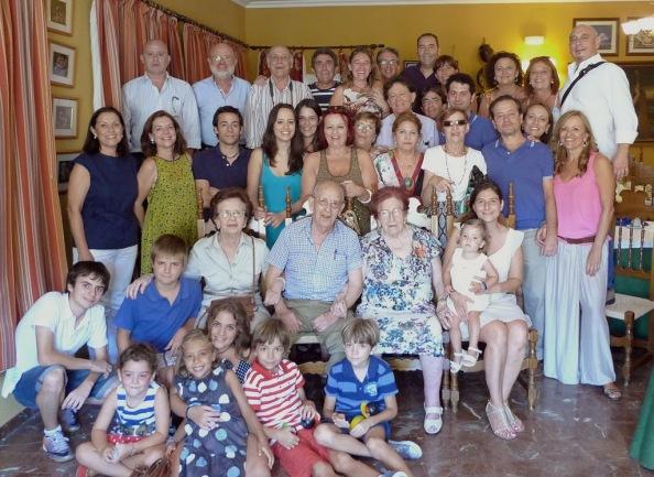 La descendencia del matrimonio Montero Nuñez, hijos, nietos biznietos y tataranietos, citados en el bar Cuenca de Jimena para conmemorar al doctor Montero.