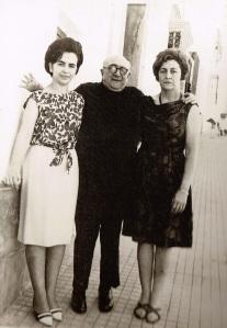 El doctor Montero que recuuerdo, junto a sus hijas, Carmen (a la izquierda de la foto) y María Teresa.