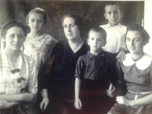 Doña Magdalena, con cinco de los seis hijos, ya el mayor, Paco, trabajaba en Tesorillo en la casa March, mientras el doctor Montero estaba encarcelado.