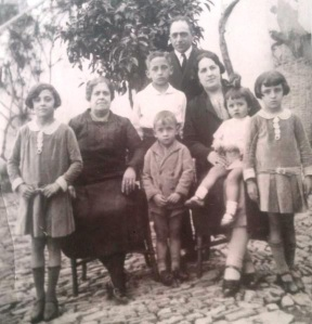 El doctor Montero con su esposa, doña Magdalena, su madre y cinco de los seis hijos que tuvo.