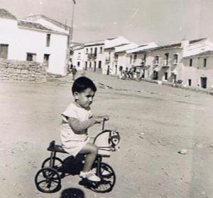 A la misma edad, aquí subido en el triciclo, a escasos metros de donde medí el porrazo, en el escalón que había entre El Paseo y la plaza, hoy de la Constitución