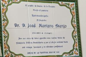 La placa en el Centro de Salud en homenaje al doctor Montero